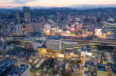 仙台駅の夕景のドローン空撮画像
